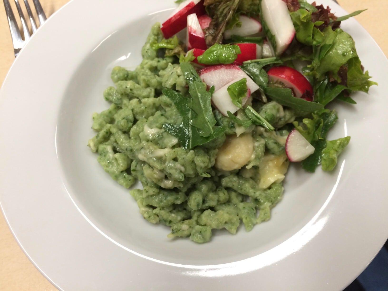 Tja, viel blieb nicht übrig von den Spinatspätzle. Auch der Salat stammte komplett aus unserem Schulgarten!